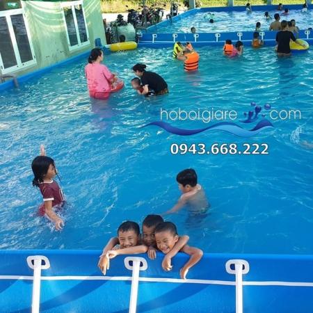 bể bơi đang thu hút rất nhiều khách